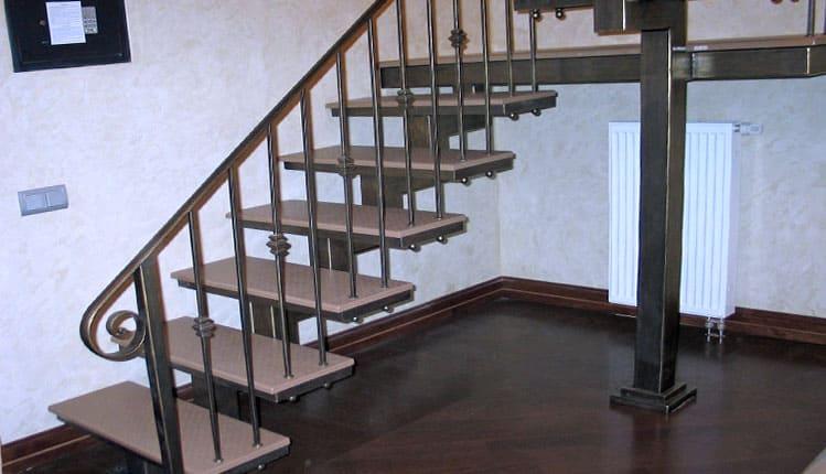 Металлические столбы для лестниц